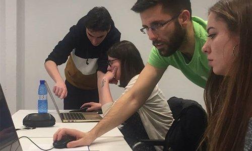 gerardo y dani profesores de wordpress enseñando a los alumnos